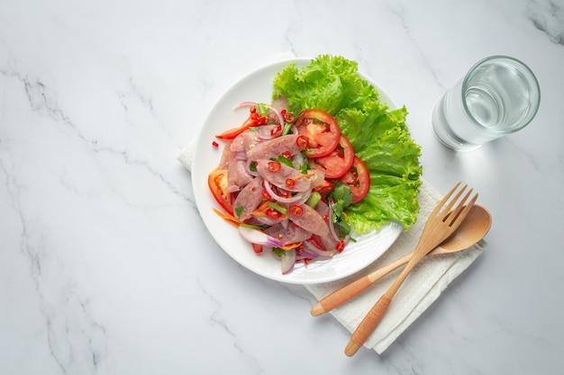 Thais eten; gemengde pittige zure varkenssalade of yum nam