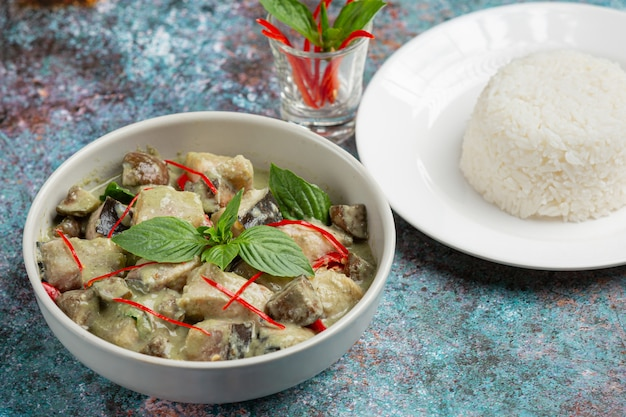 Thais eten. groene kokoskerrie varkensvlees met aubergines