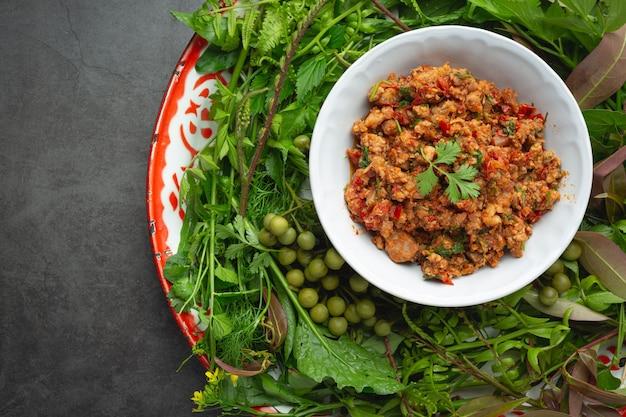 Thais eten; nam prik ong of varkensvlees gekookt met tomaat