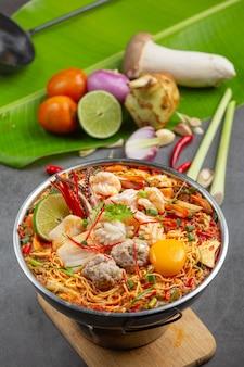 Thais eten. noedels pittig koken met zeevruchten en varkensvlees in hete pot