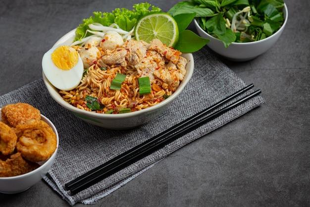 Thais eten. noedels pittig kook met varkensvlees en kook ei