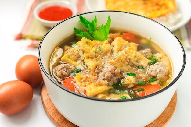 Thais eten - omeletsoep met omeletrijst en chilisaus