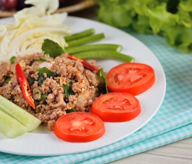 Thais eten, pittig varkensvlees met chili en munt