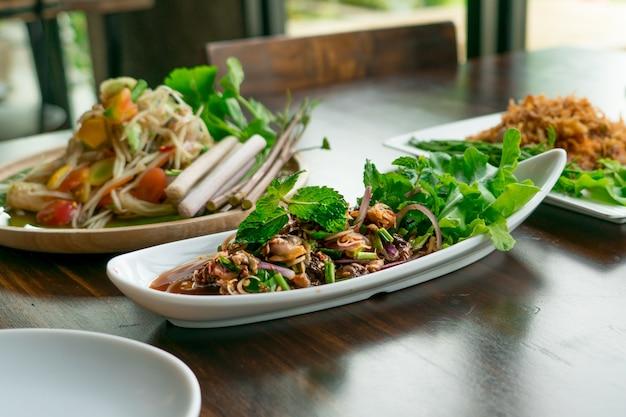 Thais eten pittige en zure coquille / kokkel sald met kruiden