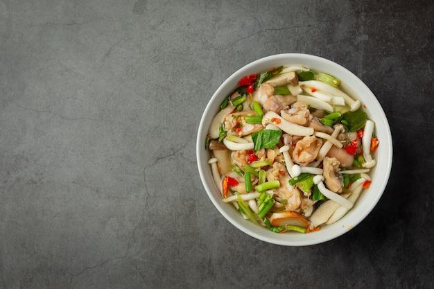 Thais eten; pittige kippenpees soep