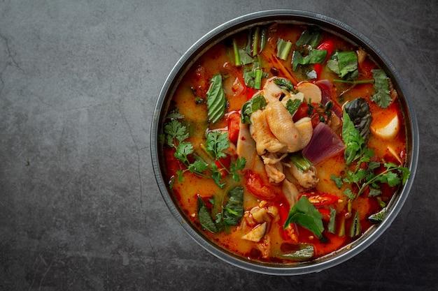 Thais eten. pittige kippenpezensoep.
