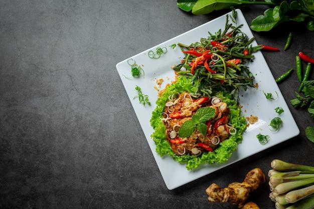 Thais eten pittige verse oestersalade