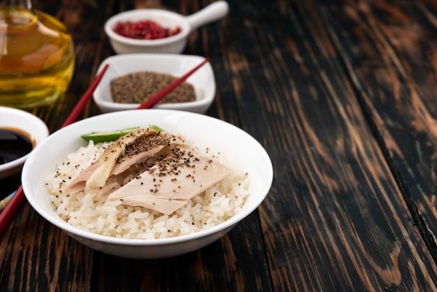 Thais eten rijst gestoomd met kip