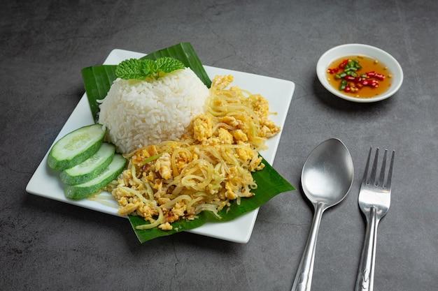 Thais eten roergebakken ei met gekookte papaya serveren met rijst