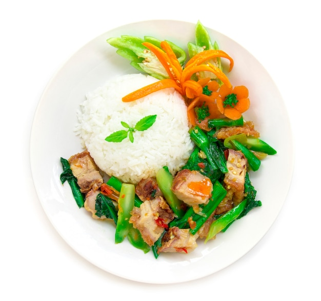 Thais eten roergebakken knapperig varkensvlees pittig en chinese boerenkool geserveerd met rijst