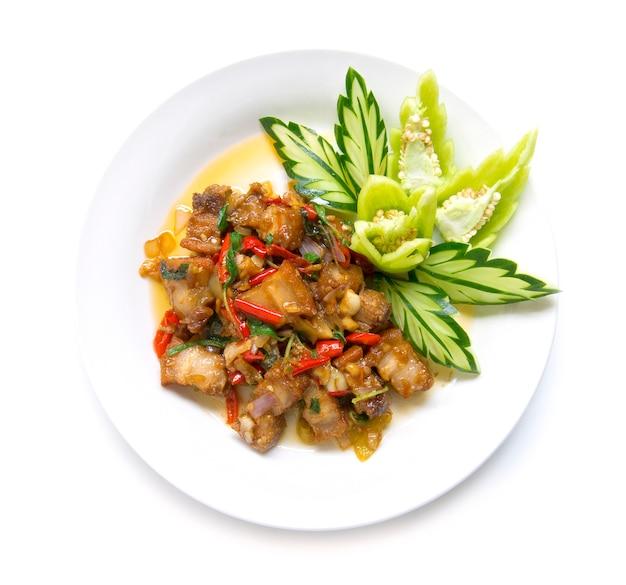 Thais eten roergebakken krokant varkensvlees pittig en thaise basilicum geserveerd en komkommer