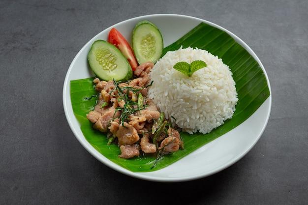 Thais eten; roergebakken varkensvlees met kaffir limoenblaadjes serveren met rijst
