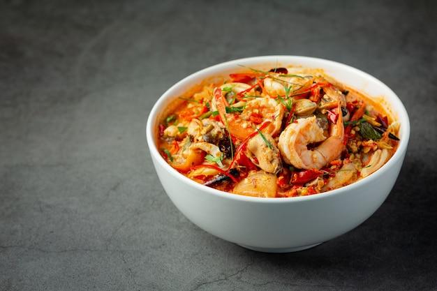 Thais eten; tom yum kung of pikante soep met riviergarnalen