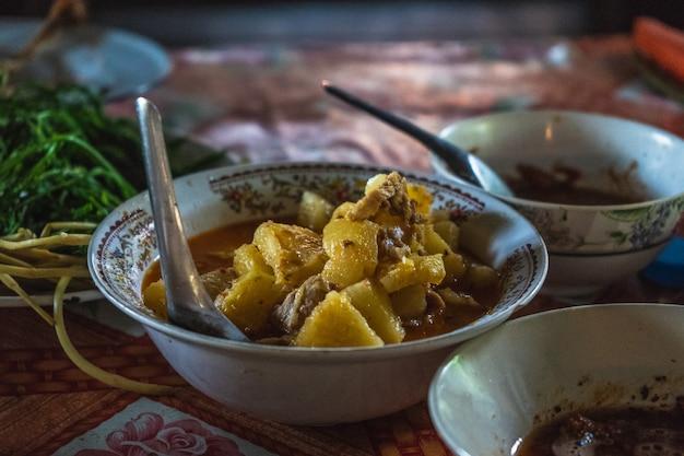 Thais fthai-voedsel zorgt voor het dek op hout. ood zorgt voor het dek op hout