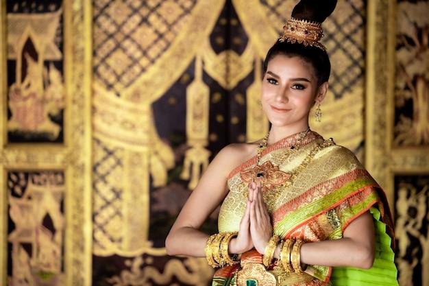 Thais meisje in de traditionele cultuur van de dame thais kostuum, thaise vrouw die de traditionele thaise cultuur van de cultuuridentiteit van thailand draagt.