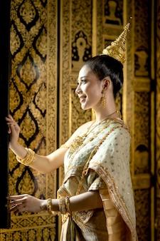 Thais meisje in traditioneel thais kostuum, identiteitscultuur van thailand.