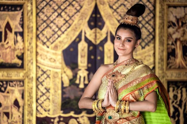 Thais meisje in traditionele thaise klederdracht,