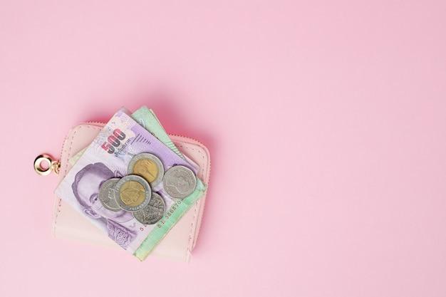Thais muntbankbiljet en geldmuntstukken met portefeuille voor zaken, financiën, investering en besparingsgeldconcept