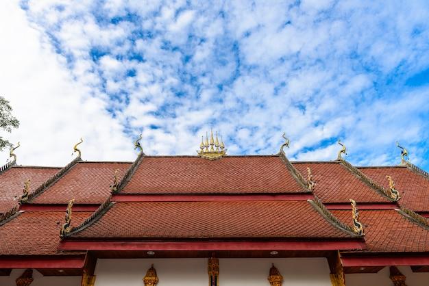 Thais tempeldak met blauwe hemel