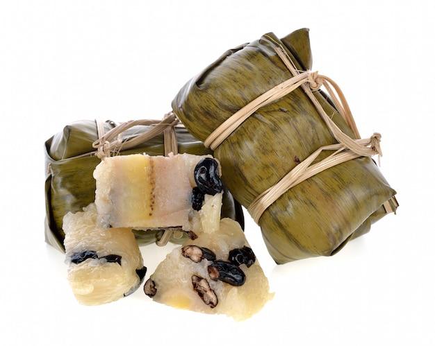Thais traditioneel kleverig rijstdessert in de verpakking van het banaanblad.