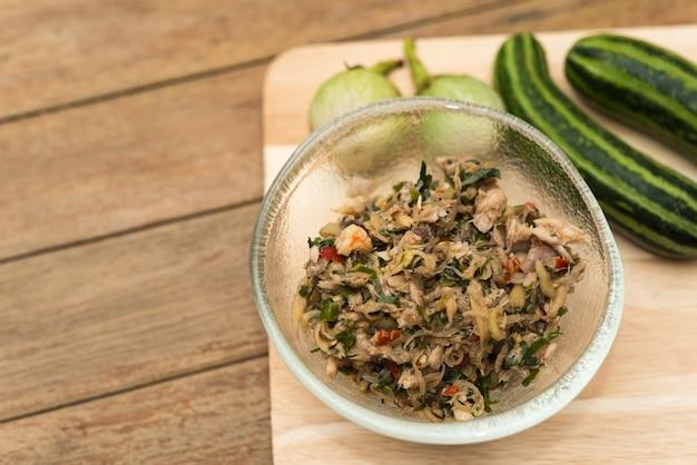 Thais zuidelijk kruidig budu-salade en kruid bij markt