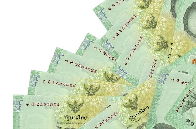 Thaise baht-rekeningen die in verschillende volgorde op een witte ondergrond leggen