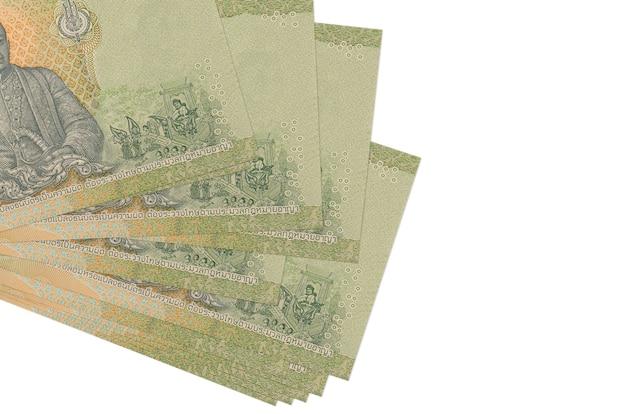 Thaise baht-rekeningen liggen in een klein bosje of pak op wit wordt geïsoleerd