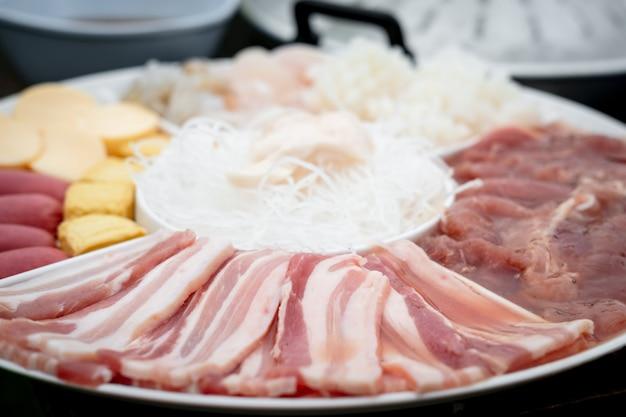 Thaise beroemde voedselvarkensgrill genaamd moo kra ta
