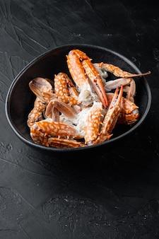 Thaise blauwe zwemmen krab gekookt vlees delen set, op zwarte achtergrond