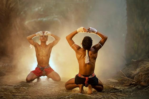 Thaise bokser opleiding op zonsondergangachtergrond