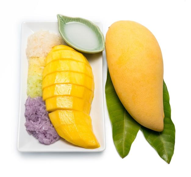 Thaise dessert zoete kleverige rijst met mangokokosmelk op wit