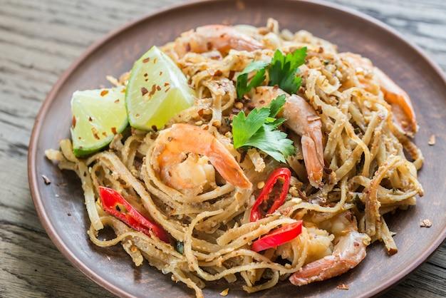 Thaise gebakken rijstnoedels met garnalen