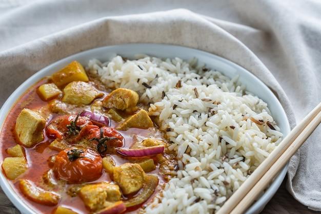 Thaise gele curry met kip en rijst