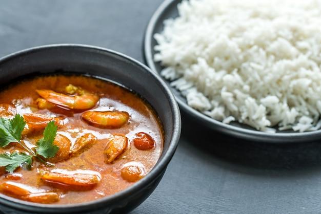 Thaise gele curry met zeevruchten en witte rijst
