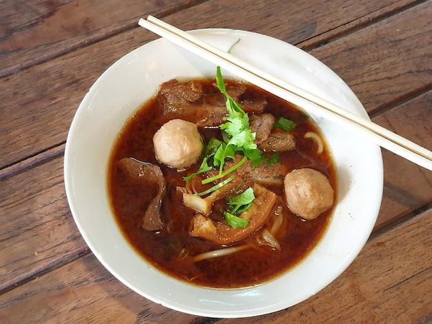 Thaise gestoofde rundvlees noedelsoep