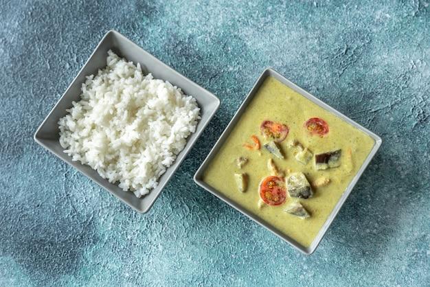 Thaise groene kippenkerrie met witte rijst