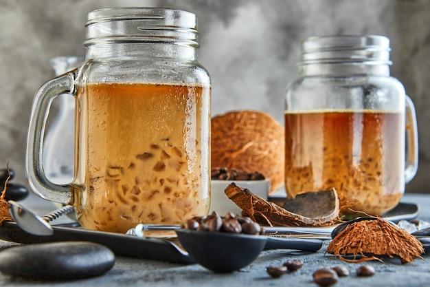 Thaise ijskoffie met kokosmelk met gemalen ijs in een mason jar