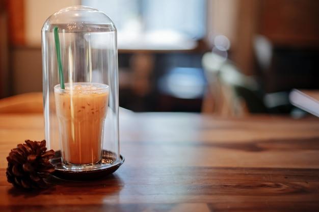 Thaise ijsthee in een glazen pot