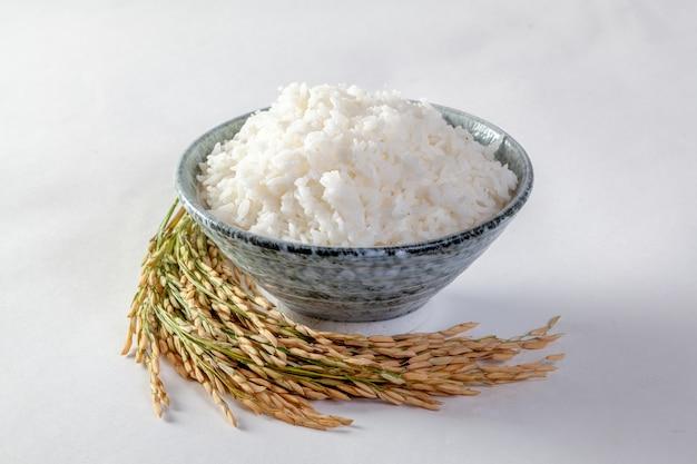 Thaise jasmijnrijst in een houten kom en geïsoleerde rijst op een witte achtergrond