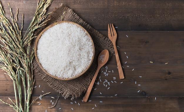 Thaise jasmijnrijst, uncook rijst op houten achtergrond