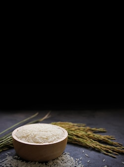 Thaise jasmijnrijst witte rijst in houten kom