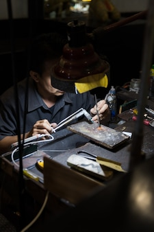Thaise juwelier die fijne juwelen in een workshop maakt