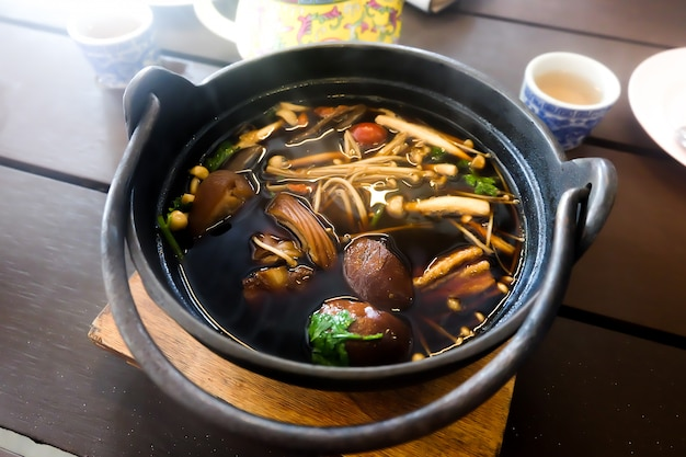 Thaise kruidenkeuken van varkensvleessoep.