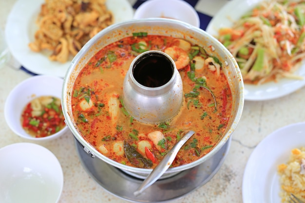 Thaise kruidige tomyamsoep in hete pot.