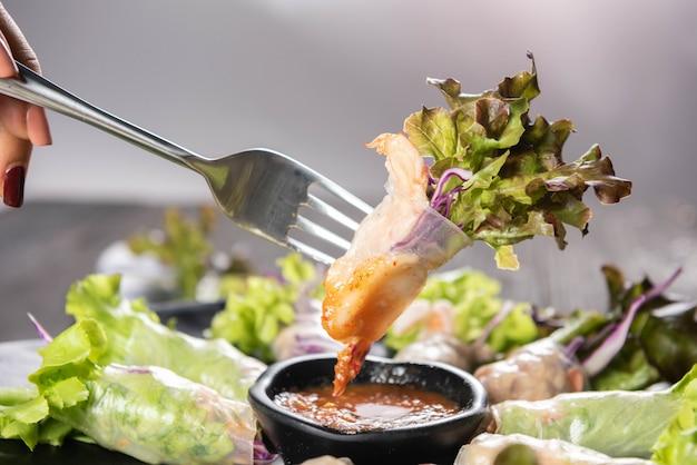 Thaise loempia's met pittige saus