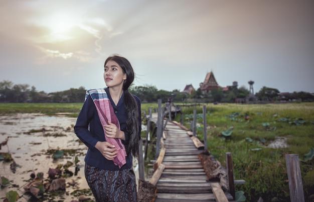 Thaise lokale vrouw die werkt