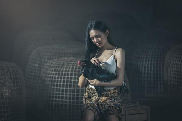 Thaise lokale vrouw met haan