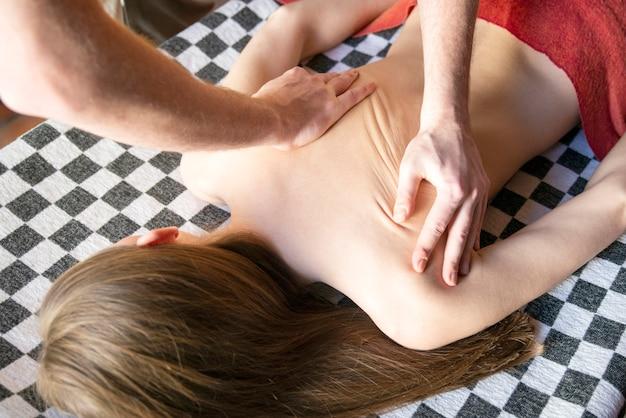 Thaise massage is een soort massage in thaise stijl die strekken en diepe massage omvat.