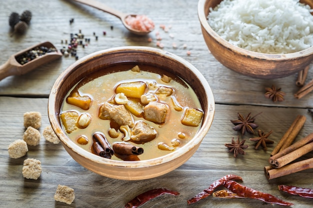Thaise massaman curry met rijst en kruiden