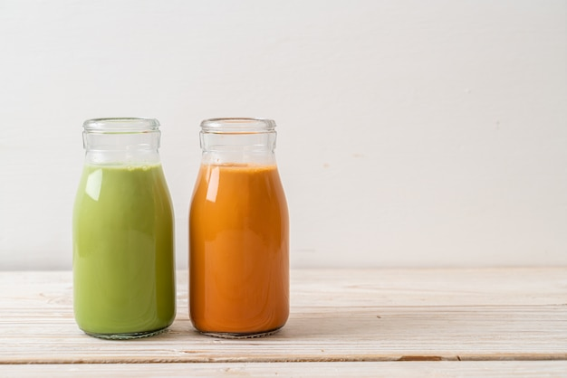 Thaise melkthee en matcha groene thee latte in fles